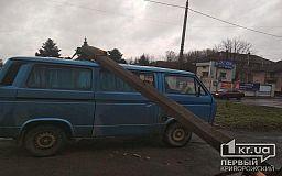 Железобетонный столб рухнул на авто в Кривом Роге