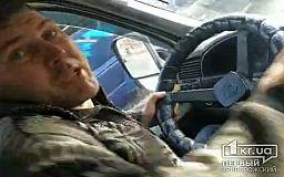 В Кривом Роге водитель маршрутки пытался выбить из рук АТОшника телефон, отказываясь везти пенсионерку по льготному