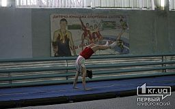 Облупленные стены и порванные маты: в Кривом Роге проходит областной чемпионат по прыжкам на батуте