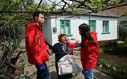 Сотрудники из «молодежек» Метинвеста проведали ветеранов производства накануне Дня пожилых людей