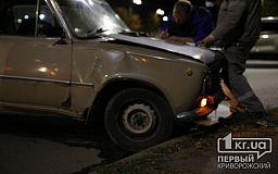 ДТП в Кривом Роге: у Renault после столкновения с ВАЗ вырвало колесо