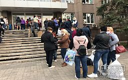 На один из округов в Кривом Роге массово начали привозить протоколы с результатами голосования и бюллетени