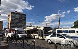На 95 квартале в Кривом Роге столкнулись маршрутка и легковушка