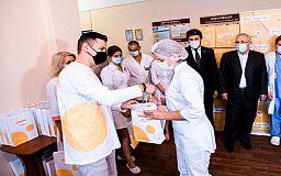 Медики криворожской инфекционной больницы получили оборудование от Фонда Рината Ахметова