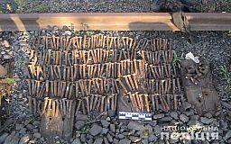 На территории Северного ГОКа в Кривом Роге мужчина снимал металл с железной дороги