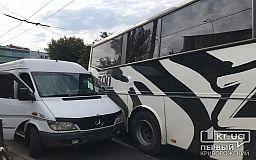 На 95 квартале в Кривом Роге столкнулись автобус и грузовой микробус