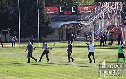 Стадион, так стадион: Зеленскому дали разыграть первый мяч на матче ФК «Кривбасс»