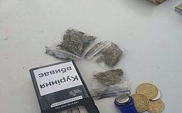 Полиция охраны задержала криворожанина, торговавшего наркотиками возле многоэтажки