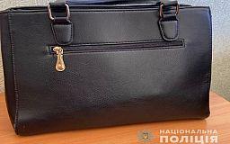 В Кривом Роге задержали грабителя, который выхватил сумку у женщины на остановке