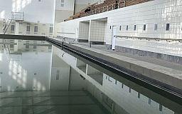 В криворожском бассейне, который ремонтируют 5 лет, чашу заполнили водой
