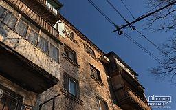Из-за задолженности жителей в пятиэтажном доме Кривого Рога не могут отремонтировать осыпающийся фасад