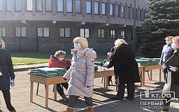 Парты, стулья, депутаты: во внутреннем дворе исполкома криворожского горсовета готовятся к открытию сессии