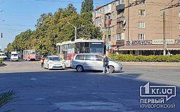 На Соцгороде в Кривом Роге столкнулись трамвай и легковушка