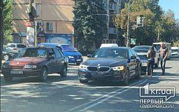 В Кривом Роге на светофоре столкнулись два легковых авто
