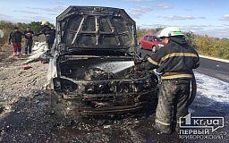В Криворожском районе во время движения загорелся автомобиль