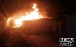 В Кривом Роге произошел масштабный пожар, сгорели 9 хозсооружений и 2 гаража