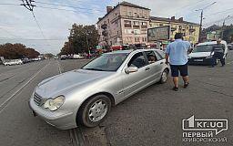 На трамвайных путях в Кривом Роге столкнулись Opel и Mercedes