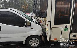 В Кривом Роге легковушка «догнала» троллейбус, есть пострадавшие
