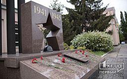 Раньше назначенного времени неизвестные криворожане возложили цветы к памятнику