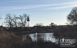 Полгода в Кривом Роге из реки фонтаном хлещет вода