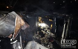 В Кривом Роге полыхает недостроенный дом, двое горожан выбрались из горящего здания