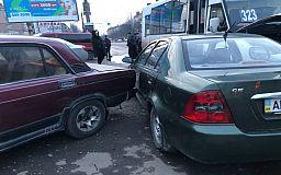 В Кривом Роге возле кинотеатра в ДТП попали маршрутка и две легковушки