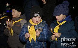 Мешканцям Кривого Рогу передали Вогонь Миру на площі біля Козака Рога