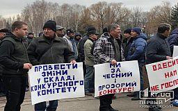 В Кривом Роге десятки маршрутчиков вышли на акцию протеста перед исполкомом