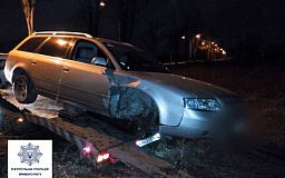 В Кривом Роге пьяный водитель на Аudі врезался в бордюр