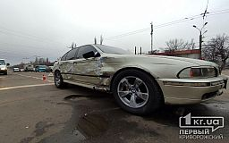ДТП в Кривом Роге: BMW врезалось в Chevrolet и снесло два дорожных знака
