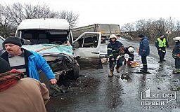 Мужчина пострадал в результате столкновения грузовика и микроавтобуса на трассе в Днепропетровской области