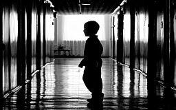 В Кривом Роге у матери соцработники забрали троих детей, которые жили в антисанитарных условиях