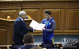 Грамотой и нагрудным знаком наградили криворожского серебряного призера зимних Олимпийских игр и его тренера