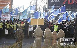Люди в кандалах, плакаты и сцена: в Кривом Роге митинговали против новых законов о труде