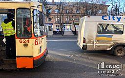 В Кривом Роге троллейбус и маршрутка попали в ДТП