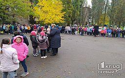 Из криворожской школы, которая может быть заминирована, эвакуировали более 900 детей