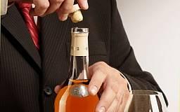 Криворожанин установил рекорд по «осушению» бутылки коньяка
