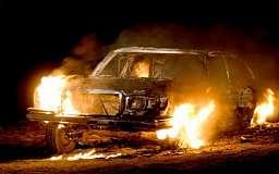 На Днепропетровщине двое хулиганов подожгли «Мерседес»