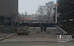 Свидетели событий: Группа людей под флагом РФ митингуют у стен горсовета (ИСПРАВЛЕНО)
