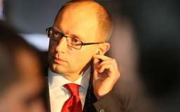 Яценюк приостановил введение визового режима с РФ