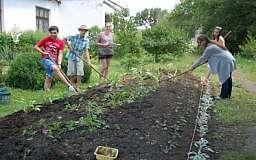 Юные натуралисты Жовтневого района помогают озеленять парк 50-летия Советской Украины
