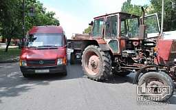 В Кривом Роге груженый прицеп трактора протаранил маршрутку