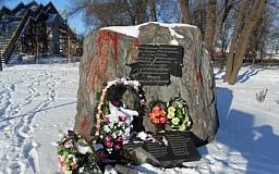 В Кривом Роге вандалы разбили памятную доску комсомольцам, которые боролись с немецкими захватчиками