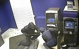 В Кривом Роге преступники привязали охранника к стулу и вырезали часть банкомата с деньгами