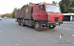 В Кривом Роге водитель грузового автомобиля врезался в Москвич