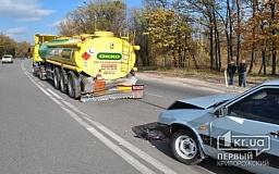 В Кривом Роге водитель ВАЗа въехал в бензовоз