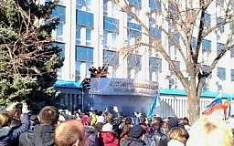 В Луганске захватили здание СБУ. Девять человек пострадали