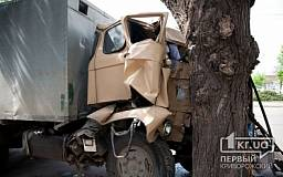 ДОПОЛНЕНО. В Кривом Роге грузовой автомобиль въехал в дерево