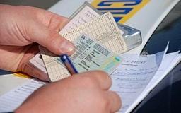 В мае почти вдвое подешевеют водительские права и техпаспорта