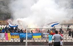 В Кривом Роге во время футбольного матча фанаты бросили петарду. Пострадал милиционер